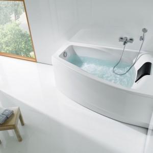 Wanna Hall firmy Roca to asymetryczny model idealny do narożnika. Dodatkowo wygodny zagłówek dla większego komfortu kąpieli. Fot. Roca.