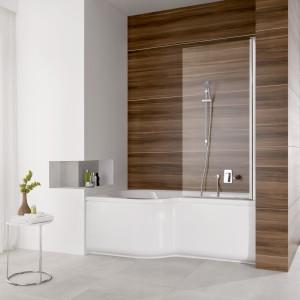 Wanna Intea PoolSpa ma kształt opracowany specjalnie do małych łazienek, a dedykowany parawan pozwala korzystać wygodnie także z prysznica. Fot. PoolSpa.