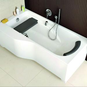 Wanna Comfort Plus firmy Koło z dodatkowymi akcesoriami dla jeszcze większej wygody kąpieli. Specjalny kształt ułatwia dopasowanie wanny do małego wnętrza. Fot. Koło.