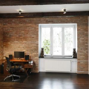 Belki stropowe korespondują kolorystycznie z ciepłą, drewnianą podłogą. Oba elementy powodują, że aranżacja wygląda na bardziej przytulną. Projekt: Iza Mildner. Fot. Bartosz Jarosz.