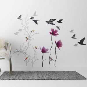 Dzięki takim wzorom naklejek łatwo zaprosić wiosnę do salonu. Wszystkie motywy dostępne w IKEA. Cena zestawu naklejek z ptaszkami na gałązkach - 39,99 z, lecące ptaki - 19,99 zł. Fot. IKEA.