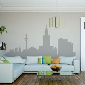 Panorama stolicy ujęta w graficzne kontury to ciekawy pomysł na dekorację ściany w salonie. Wzór dostępny na stronie Big Trix. Naklejki wycięte po obrysie grafiki wykonane są z folii samoprzylepnej matowej lub połyskowej. Fot. Big Trix.