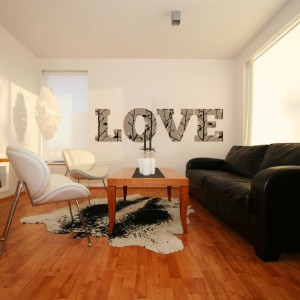 Nastrojowa naklejka typograficzna Love to propozycja ze sklepu Dekornik. Świetnie urozmaici wnętrze, wprowadzając do niego odrobinę romantyzmu. Drukowana na folii samoprzylepnej, powlekanej laminatem, który chroni powierzchnię przed uszkodzeniami mechanicznymi i ułatwia czyszczenie. Fot. Dekornik.