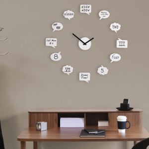 Designerski zegar ścienny od marki Umbra składa się z mechanizmu zegara oraz przyklejanych do ściany dwunastu chmurek, które powinny znaleźć się w miejscu kolejnych godzin. Za pomocą dołączonego do zestawu markera można własnoręcznie nanieść na chmurki oznaczenia godzin czy wyznaczone na konkretny czas zadania. Fot. Czerwona Maszyna.