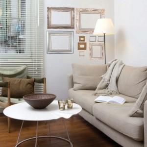 Srebrne ramki na ścianie do złudzenia przypominają prawdziwe, a w rzeczywistości są dekoracyjną naklejką. Taką oryginalną ozdobę można kupić w sklepie Dekornik. Rozmiar: 100x95 cm, cena 162 zł. Fot. Dekornik.