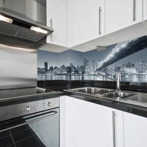 Fototapeta może być jak znalazł do monochromatycznych aranżacji. Szaro-biała kuchnia została udekorowana czarno-białym zdjęciem panoramy wielkiego miasta. Elegancko i gustownie. Fot. Minka.