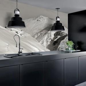 Nie zawsze mamy czas na wyjazd na narty, ale zawsze możemy zaprosić zimowy krajobraz górski do naszego domu. Tutaj w wersji czarno-białej, idealnie harmonizującej z nowoczesną, czarną kuchnią w satynie. Fot. Minka.