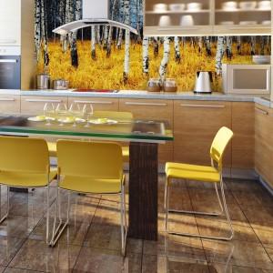 Wesołe brzózki, porastające żółtą łąkę ożywiają aranżację kuchni i nadają jej optymistyczny charakter. Śniadanie w takim towarzystwie zawsze będzie smakować wyśmienicie. Fot. DecoMania.