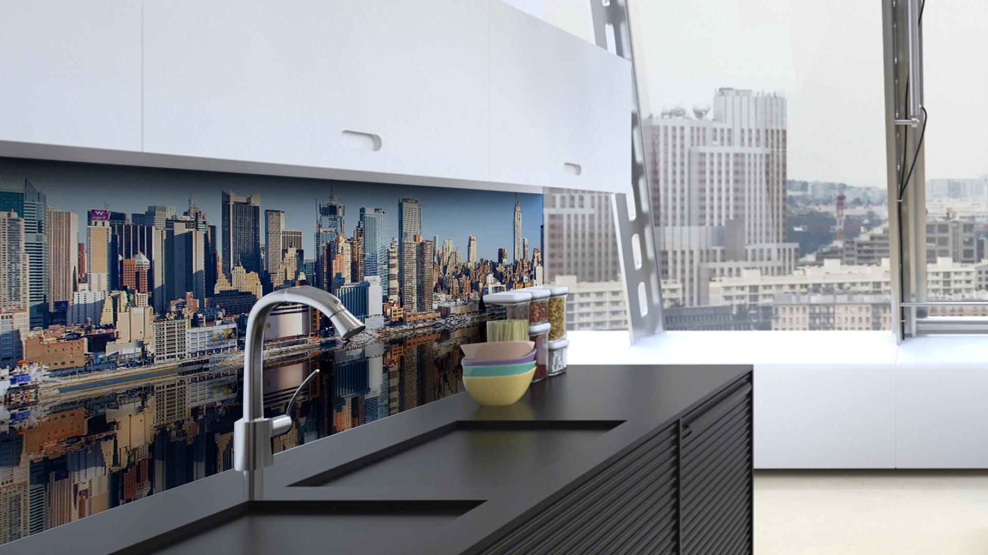 Panorama wielkiej metropolii wygląda pięknie również za dnia. Zwłaszcza, gdy różne kolory budowli i błękitne niebo urozmaicają czarno-biała, ultra-nowoczesną kuchnię. Fot. DecoMania.