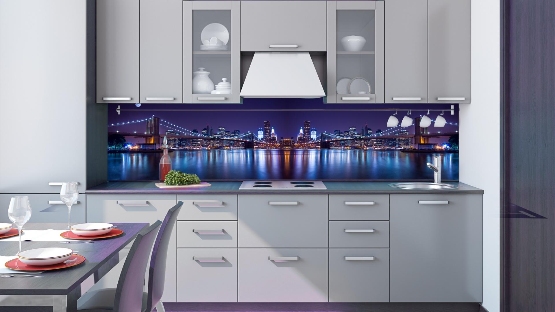 Miejska panorama miasta może mieć wiele obliczy. Tutaj, ubrana w odcienie niebieskiego i fioletu, zachwyca odbijającymi się w tafli wody światłami wielkomiejskich budowli. Fot. DecoMania.