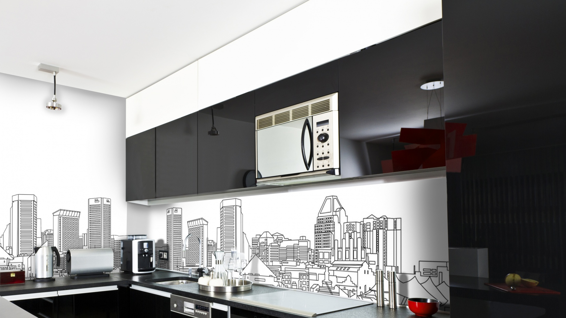 Oryginalna fototapeta z graficznym przedstawieniem widoku na linię wieżowców dużego miasta. Czarne, czyste linie na białym tle pięknie prezentują się z czarnymi meblami kuchennymi. Fot. Picassi.
