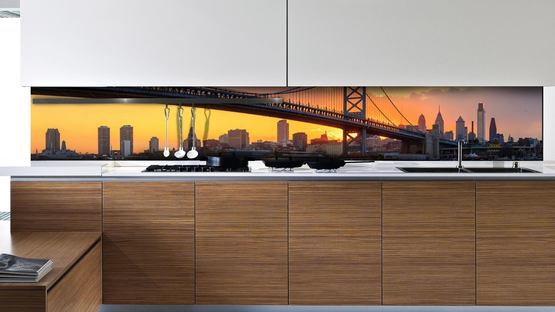 Nastrojową atmosferę w kuchni zbuduje tapeta z pięknym widokiem na sylwetki wysokich wieżowców, wyeksponowanych na tle zachodzącego słońca. Fot. Picassi.