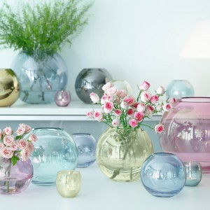 Pękate, przypominające kształtem kule wazony będą uroczą dekoracją także samodzielnie. Wykonane z lekko barwionego szkła staną się subtelną ozdobą nowoczesnego wnętrza. Dostępne w sklepie Occa Home. Fot. Occa Home.
