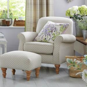 Wiosenną aurę do mieszkania wprowadzą nie tylko kwiaty, ale także poduszki dekoracyjne z nadrukowanym kwitnącym motywem będące w ofercie marki Next. Uroku wnętrzu doda także latarnia w stylu retro. Fot. Next.