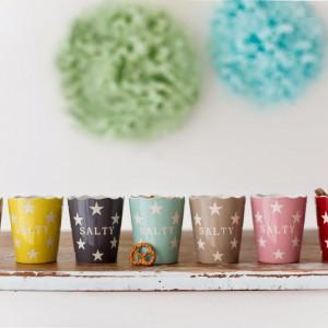 Dyżurujące na stoliku kawowym miski z chrupiącymi przekąskami, można zastąpić ich kolorowymi odpowiednikami w ciekawe wzory. Fot. Salty.