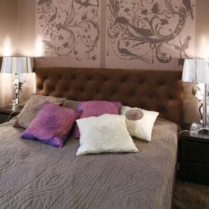 W sypialni urządzonej w stylu glamour po obu stronach łóżka umieszczono dekoracyjne lampki nocne. Doskonale pasują do stylowej tapety. Projekt: Iwona Zasławska. Fot. Bartosz Jarosz.