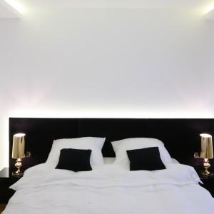 W minimalistycznej sypialni umieszczono dekoracyjne, połyskujące lampki nocne. Dodatkowe oświetlenie stanowi efektownie podświetlany sufit. Projekt: Agnieszka Hajdas-Obajtek. Fot. Bartosz Jarosz.