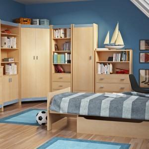 Kolekcja Fanfaro marki Meble Wójcik, w kolorze jasnego drewna to propozycja do pokoju chłopca. Piękne, jasne fronty sprawiają, że nawet pomalowane na ciemny kolor wnętrze staje się jaśniejsze. Fot. Meble Wójcik.