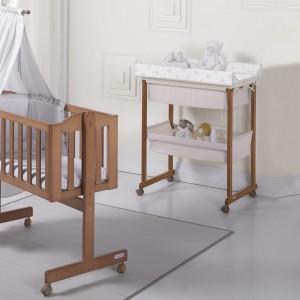 Drewniane meble są szczególnie polecane niemowlętom. Pozbawione elementów ze sztucznych tworzyw pozytywnie wpływają na zdrowie, jak również sprawiają, że jasne wnętrze wydaje się cieplejsze. Fot. Micuna.