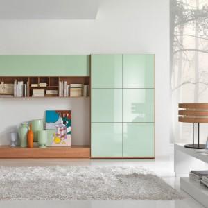 Meblościanka włoskiej marki Giessegi to nowoczesne połączenie klasycznego koloru ciepłego drewna z  lakierowanymi frontami w rozbielonym odcieniu mięty. Fot. Giessegi.
