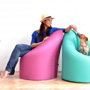 Pastelowy mebel Paqchair łączy w sobie funkcje fotela, łóżka i małego stolika, znakomicie sprawdzi się więc w kawalerce. Wodoodporny materac z  welurowym pokryciem, który zmienia się w inne meble, to propozycja do niewielkich wnętrz. 749 zł, Bonami, www.bonami.pl