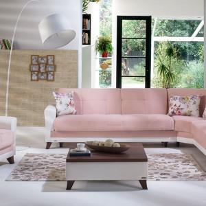 Meble z jasnoróżową tapicerką to znakomity sposób, by nadać wnętrzu delikatności. Takim wyposażeniem podkreślimy też kobiecy charakter pomieszczenia. Fot. Istikbal.