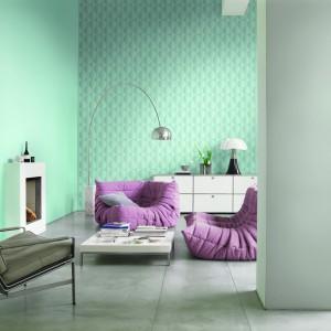 Jeśli chcemy, a w salonie zagościły pastele w dużej ilości, możemy zastosować te odcienie na ścianie. Tapeta z serii Sky Lounge niemieckiej marki Rash. Fot. Rash.