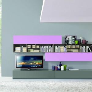 Liliowe fronty nowoczesnej, lakierowanej na wysoki połysk meblościanki efektownie ożywiają salon skąpany w szarościach. Fot. Giessegi.