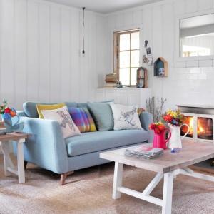 Subtelną metamorfozę wnętrza za niewielkie pieniądze zapewnią nam poduszki dekoracyjne oraz wazony i inne bibeloty w jasnych odcieniach. Fot. House of Fraser.