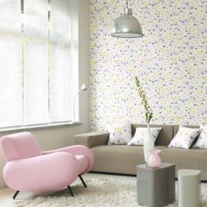 Dość prostym sposobem urozmaicenia aranżacji jest ozdobienie ścian tapetą w subtelne, pastelowe wzory. Kolekcja tapet Magenta marki Casadeco. Fot. Casadeco.