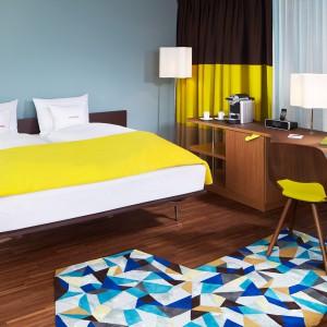 Sypialnia w Zurychu zaskakuje odważnym połączeniem kolorów. Fot. 25 hours Hotels.
