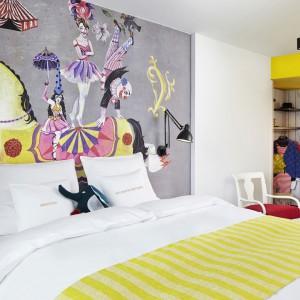 Kolorowe grafiki z motywami cyrkowymi połączono z odważnymi kolorami dodatków. Taki pokój oferuje hotel w Wiedniu. Fot. 25 hours Hotels.
