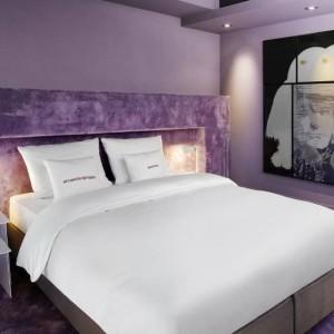 Hotel we Frankfurcie nad Menem zaskakuje odważnymi kolorami i grą materiałów. Fot. 25 hours Hotels.