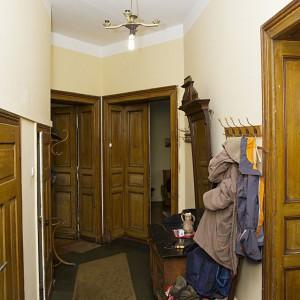 Przedpokój w poprzednie wersji był nieco zagracony. Ciemne drzwi przemalowano na biało. Fot. Iwona Kurkowska.