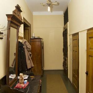 Każde pomieszczenie, zaczynając od korytarza, ma wysokość prawie czterech metrów, co optycznie bardzo powiększa mieszkanie. Fot. Iwona Kurkowska.