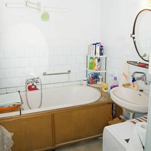 W starym mieszkaniu łazienka i Dawna łazienka po remoncie pełni funkcję osobistej łazienki pani domu, umiejscowionej przy jej sypialni. Fot. Iwona Kurkowska.