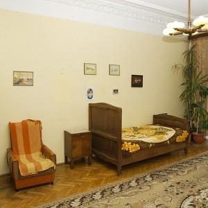 Projektantkę Iwonę Kurkowską urzekło nie tylko samo mieszkanie, ale również piękne, stare meble. Część z nich odnowiono i wykorzystano w nowej wersji mieszkania - m.in. widoczne na zdjęciu łóżko. Fot. Iwona Kurkowska.