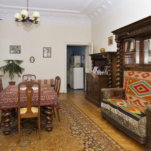 Na zdjęciu poprzedniej jadalni widać drzwi w głębi, które prowadziły do kuchni. Po remoncie urządzono w niej sypialnię. Fot. Iwona Kurkowska.