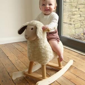 Zabawa na bujakach sprawia, ze dziecko w przyszłości bez problemu będzie wchodzić po schodach czy skakać na jednej nodze. Fot. Little Bird Told Me.