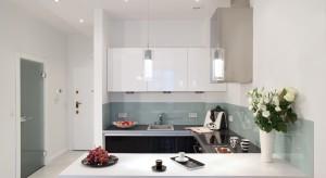 Tekstylne abażury w kolorze dopasowanym do rolet w kuchni czy kryształowe żyrandole nadające ton całemu wnętrzu. Oświetlenie nad stołem jadalnianym pełni istotną rolę aranżacyjną.