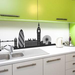 Fronty kuchenne w kolorze limonkowej zieleni kontrastują w efektowny sposób z czarno-białą grafiką nad blatem. A na niej - panorama Londynu w graficznej formie. Fot. Redro.