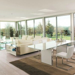 Nowoczesny stół ze szklanym blatem Sun marki Antonello, będzie ciekawym uzupełnieniem jasnego salonu urządzonego w stylu nowoczesnym. Koresponduje z nim stolik kawowy w sferze wypoczynkowej. Fot. Ebano Design.