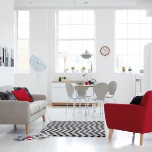Biały, niewielki stół i krzesła o prostej formie to pomysł na strefę jadalnianą, która sprawdzi się w każdym, nawet niewielkim współczesnym salonie. Fot. Tesco Direct.