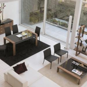 Stół Party marki Antonello sprawdzi się w klasycznych oraz umiarkowanie nowoczesnych aranżacjach. Elementy z drewna wprowadzają do wnętrza przytulny klimat, natomiast czarny blat podkreśla klasę salonu. Fot. Ebano Design.
