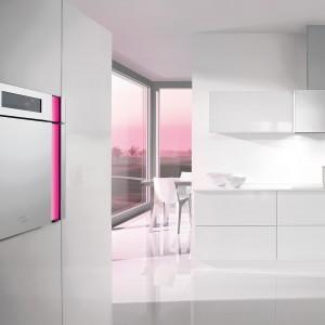 Piekarnik jako dekoracja? Dlaczego nie! Przepiękny piekarnik z linii Gorenje Karim Rashid, zaprojektowany przez słynnego designera. Zamontowany w wysokiej zabudowie doskonale komponuje się z białymi frontami, a poprowadzona wzdłuż sprzętu różowa, dekoracyjna linia stanowi jedyny element wybijający się z kompozycji bieli i jasnej stali. Fot. Gorenje.