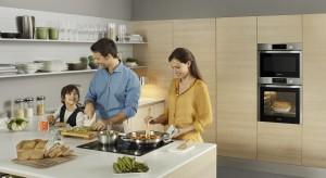 Nowoczesna kuchnia rządzi się swoimi prawami. Fronty szafek są gładkie, wzornictwo minimalistyczne a przestrzeń uporządkowana. W takiej kuchni sprzęt AGD najlepiej umieścić w zabudowie.