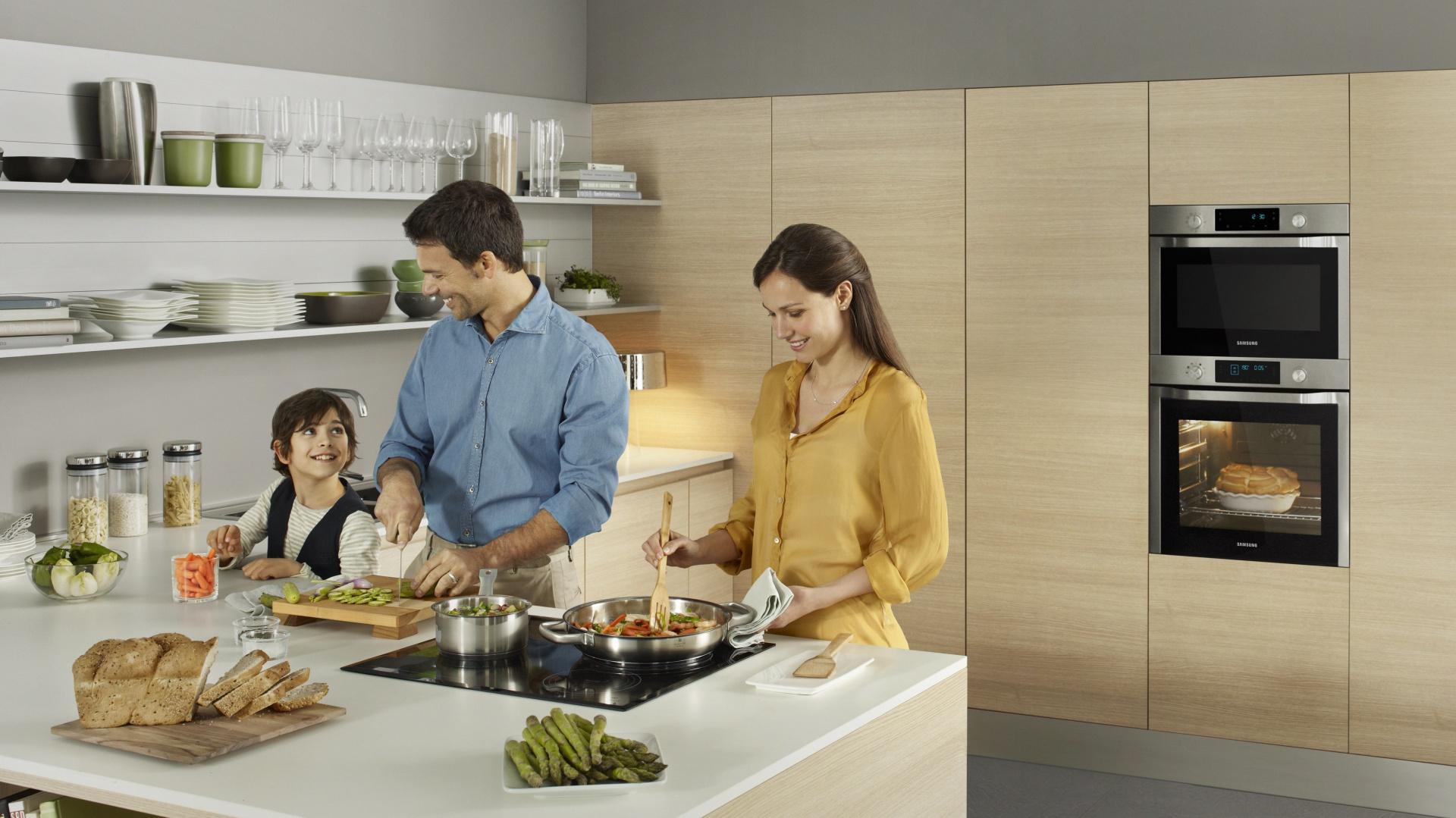 Piekarniki do zabudowy z serii Neo Dual Cook, pozwalający na pieczenie dwóch potraw w jednym piekarniku, w tym samym czasie, ale w różnych trybach i temperaturach. Fot. Samsung.