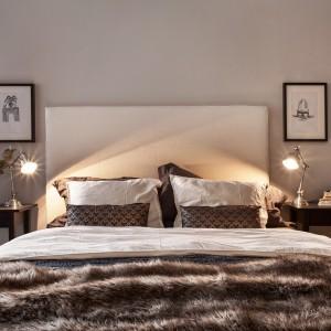 Po obu stronach łóżka umieszczono lampki nocne w srebrnym kolorze. Fot. Fanastik Frank.
