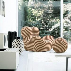 Od standardowego modelu fotel odróżnia jasnoczerwony kolor miękkiej tapicerki podkreśla atrakcyjny kształt siedziska. Designerski mebel nie tylko uatrakcyjni wygląd pokoju dziecka, ale może być też inspiracją do kreatywnej zabawy. Fot. Innes.