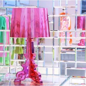 Dekoracyjna forma oświetlenia sprawia, że jest ono idealnym dodatkiem do subtelnych, kobiecych wnętrz. Fot. Design Studio Laviani.